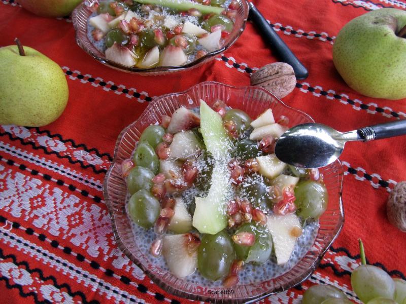 Gyümölcssaláta, chia puding ágyon